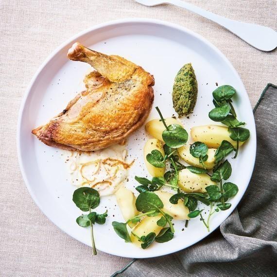 Suprême de volaille, sauce yaourt aux agrumes, condiment aux herbes, pommes grenailles et cresson