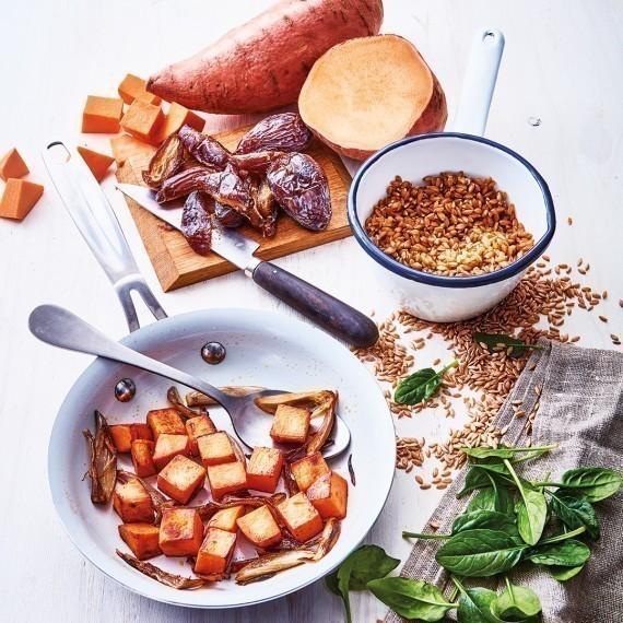 Salade tiède d'épeautre, patate douce, dattes, noix et pousses d'épinards