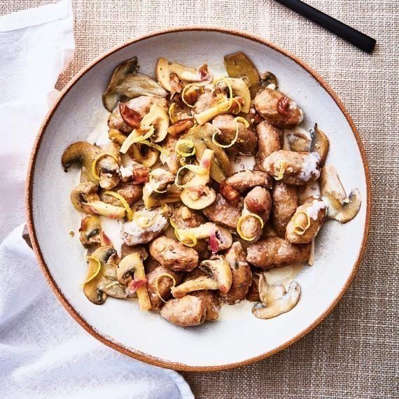 Gnocchis de châtaigne, champignons de Paris et zestes de citron